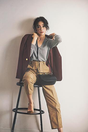 【1】グレーカーディガン×ベージュパンツ×赤茶ダブルブレストジャケット