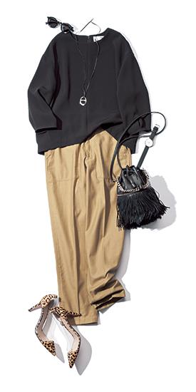 【5】黒ブラウス×ベージュパンツ