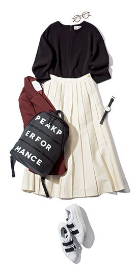 【1】黒ブラウス×白プリーツスカート×黒リュック