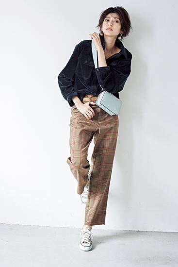 【3】ネイビーシャツ×ベージュチェックパンツ×カーキローカットスニーカー