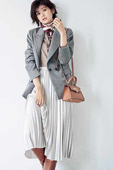 【2】ベージュニット×白プリーツスカート×グレーテーラードジャケット