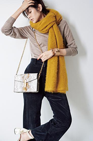 【4】ベージュニット×黒パンツ×ザンケッティのチェーンバッグ