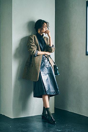 【3】黒ブラウス×黒レザースカート×チェック柄ノーカラージャケット