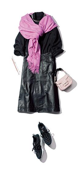 【3】ピンクストール×黒ブラウス×黒スカートのモードファッションコーデ