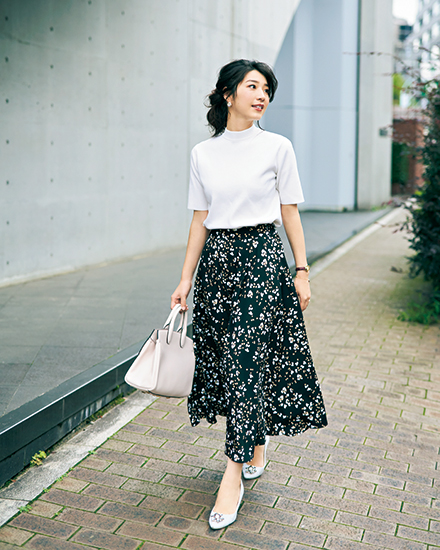 【1】白ニット×黒花柄ロングスカート