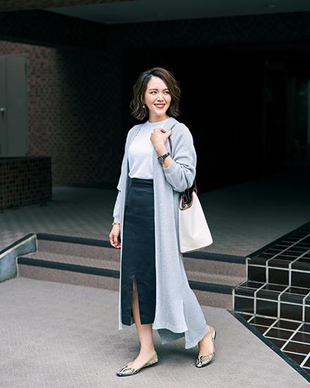 【4】グレーロングカーディガン×白Tシャツ×黒タイトロングスカート
