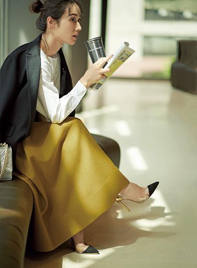 【9】黒テーラードジャケット×白ブラウス×マスタードフレアスカート
