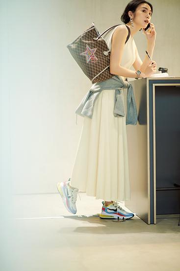 【8】グレーパーカ×白ロングフレアワンピース