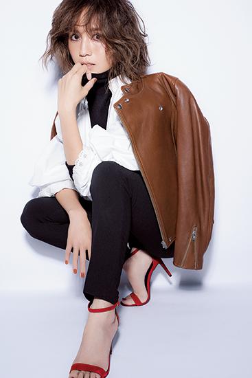 【2】ブラウンジャケット×白ブラウス×黒パンツ