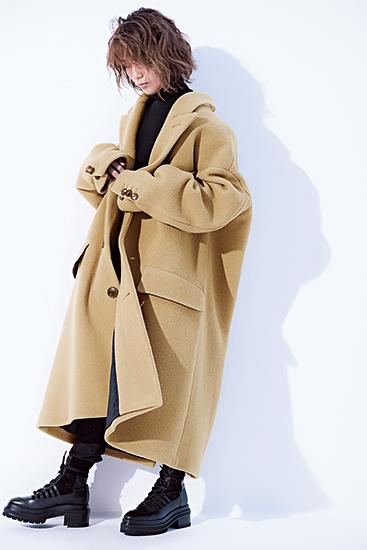 【3】黒タートルネックニット×黒パンツ×ベージュオーバーコート