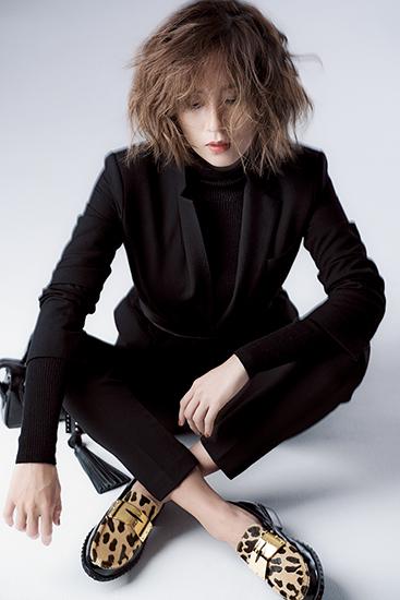 【5】黒ジャケット×黒ニット×黒パンツ×アニマル柄ローファー
