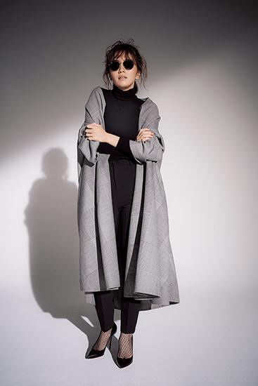 【2】黒タートルネックニット×黒パンツ×チェック柄コート