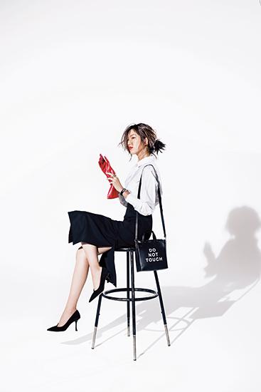 【1】白シャツ×黒タイトスカート