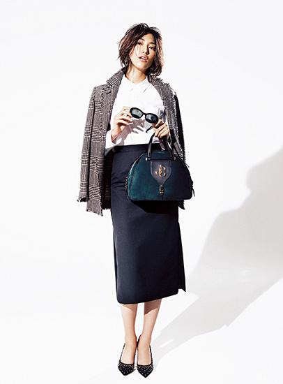 【2】白シャツ×黒タイトスカート×ツイードジャケット