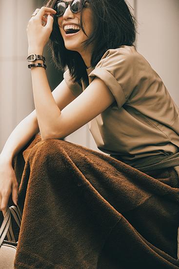 【10】ベージュトップス×茶色スカートのモードファッションコーデ