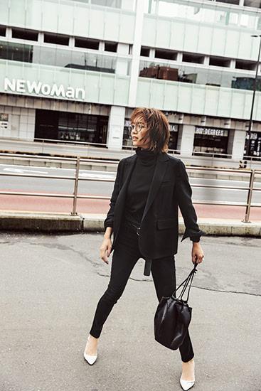 【9】黒ジャケット×黒パンツ×ユナイテッドアローズのレザーバッグ