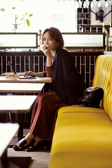 【9】黒ジャケット×茶色ニット×茶色スカートのモードファッションコーデ