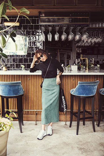 【1】黒ハイネックカットソー×モスグリーンタイトスカート×白ダッドスニーカー