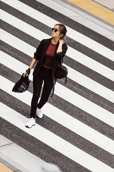 【1】黒ジャケット×赤茶ニット×黒スキニーデニムパンツ