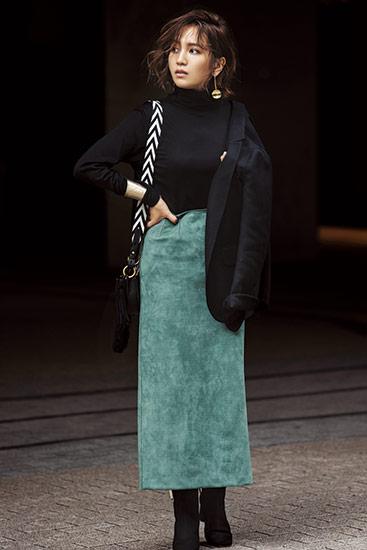 【5】黒ニット×グリーンタイトスカート×バリーのモノトーン柄ストラップバッグ