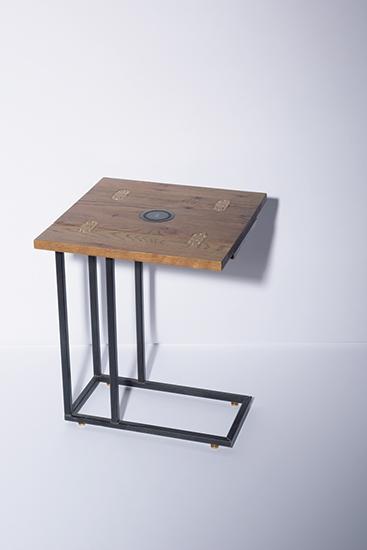 スマホを充電できるヴィンテージ風テーブル