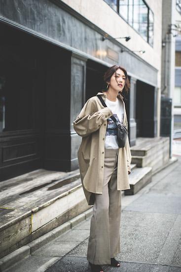 ベージュシャツジャケット×プリントカットソー×ベージュパンツ
