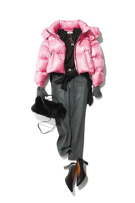 【4】ピンクダウンジャケット×黒デニムパンツ×黒ファーショルダーバッグ
