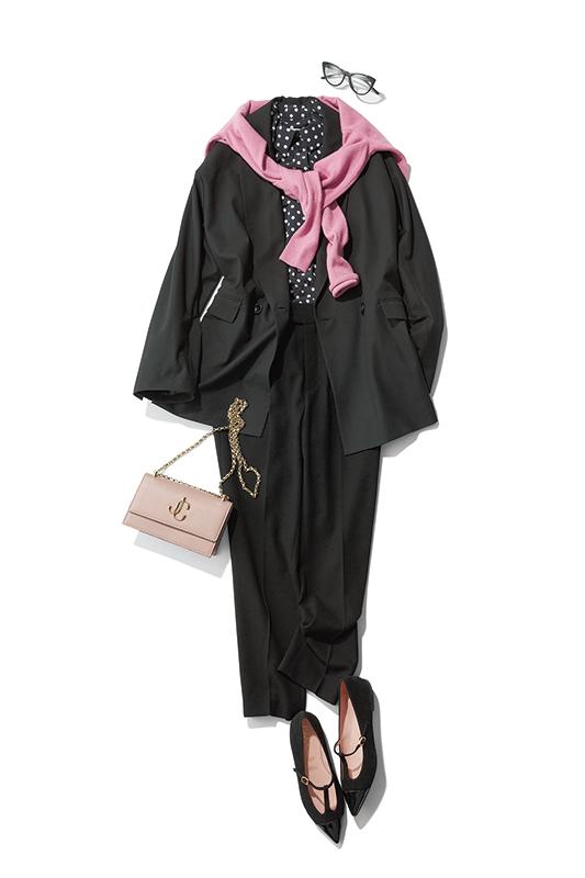 【2】黒ジャケット×黒パンツ×JIMMY CHOOのチェーンバッグ