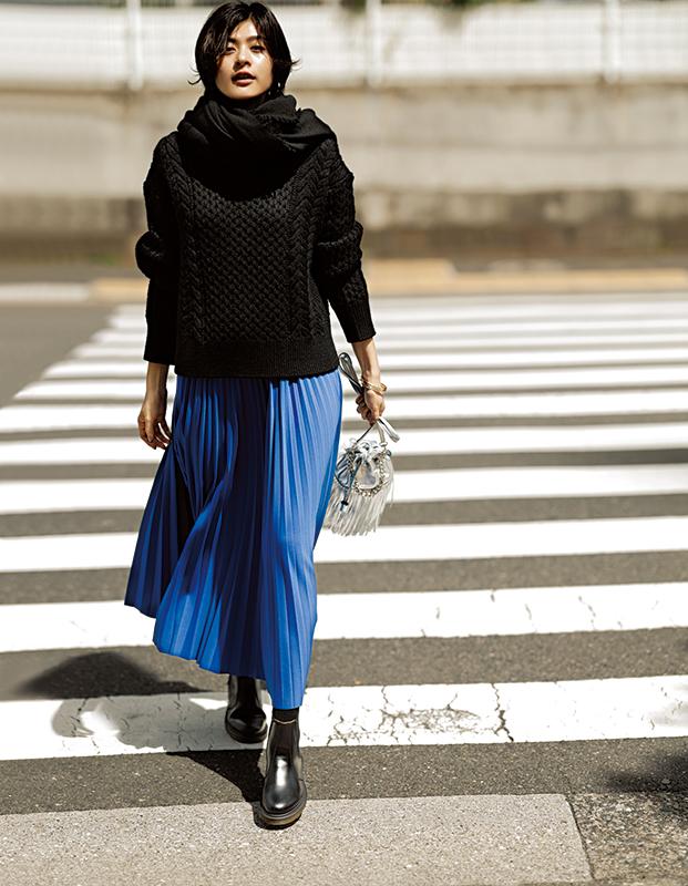 【5】黒ストール×黒ニット×ブループリーツスカート