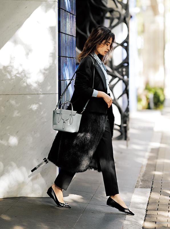 【3】黒コート×黒パンツ×グレーショルダーバッグ