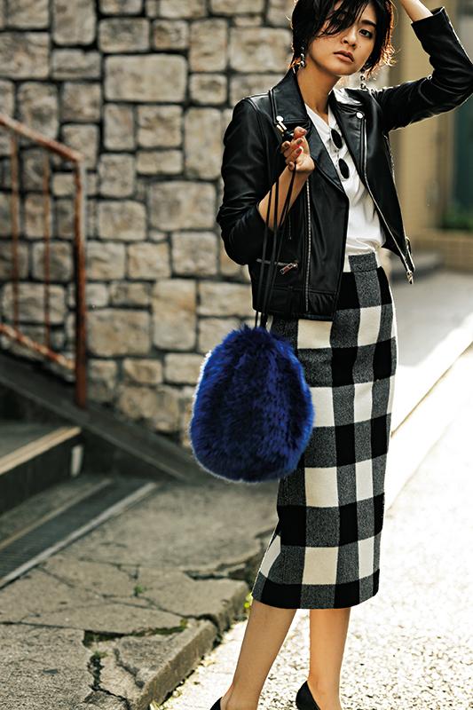 【9】黒ジャケット×白Tシャツ×チェック柄タイトスカート