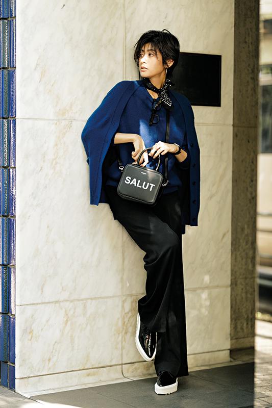 【5】ブルーアンサンブルニット×黒パンツ×黒ショルダーバッグ