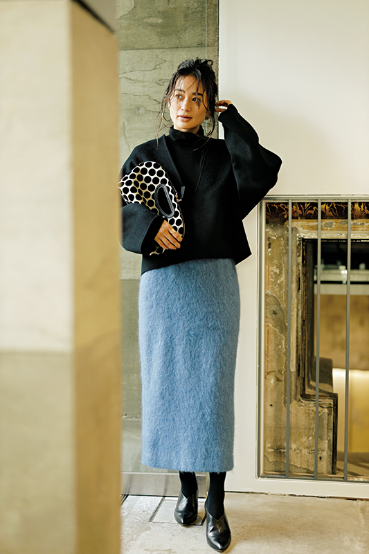 【10】黒プルオーバー×黒タートルネックニット×ブルータイトスカート
