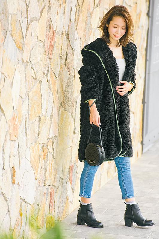 【2】黒ファーコート×デニムパンツ×黒ショルダーバッグ