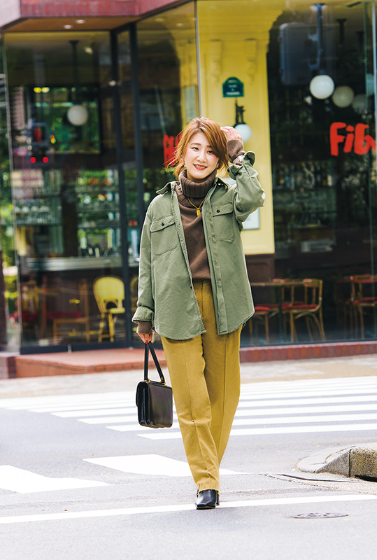 【7】カーキシャツ×ブラウンニット×マスタードパンツ