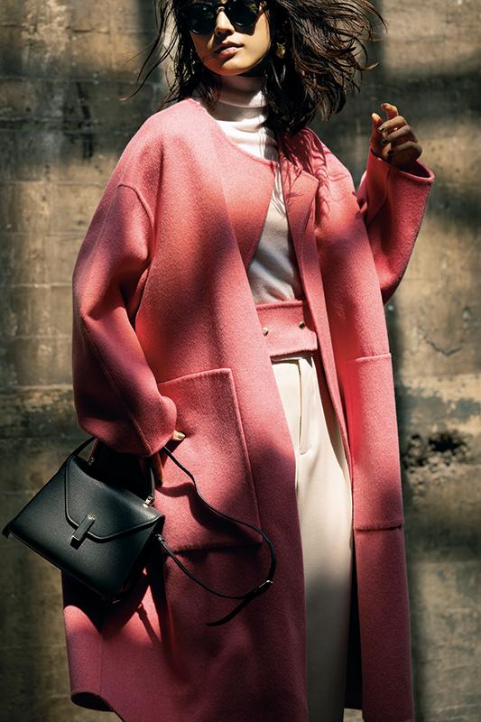 【1】ピンクコート×白パンツ×黒ショルダーバッグ