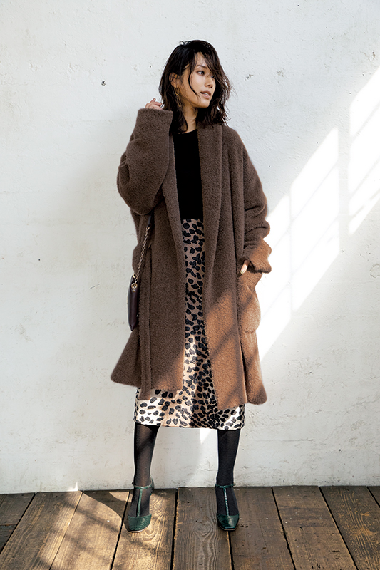【2】黒ニット×レオパード柄タイトスカート×ブラウンボアコート