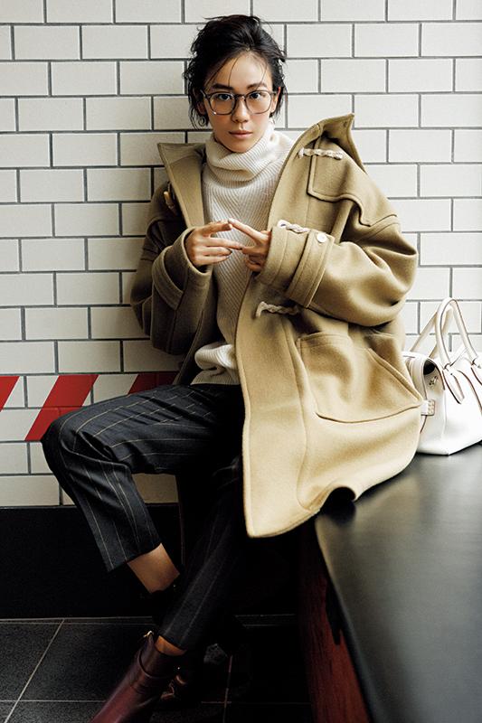 【2】ベージュダッフルコート×ストライプ柄パンツ×白タートルネックセーター