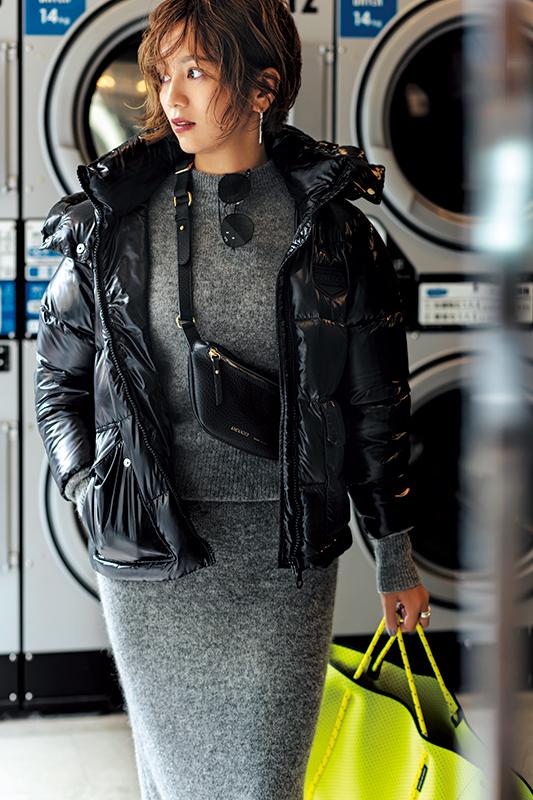 【3】黒コート×グレーニット×グレースカート×黒ボディバッグ