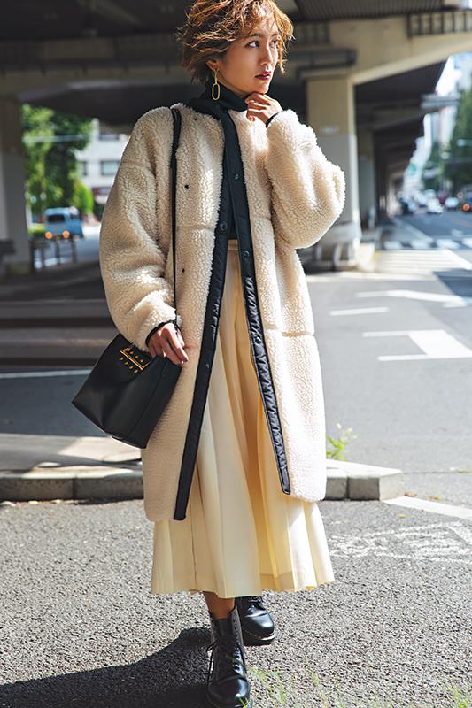 【2】黒カットソー×白プリーツスカート×白ボアコート