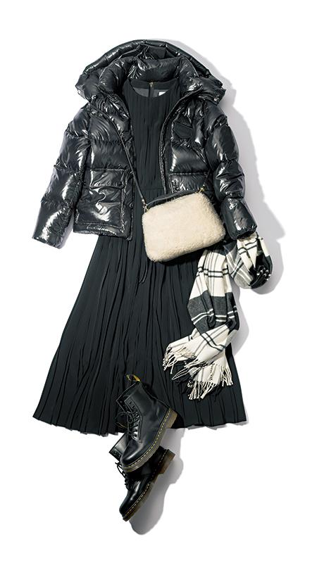 【6】黒ダウンジャケット×黒ワンピース×ジャンニ キアリーニのムートン風バッグ