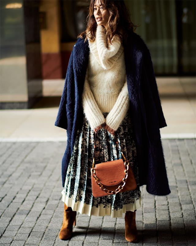 【7】白ニット×白柄スカート×CHARLES & KEITHのバッグ