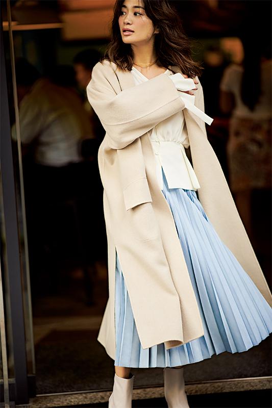【6】ベージュブラウス×水色プリーツスカート×アイボリーコート