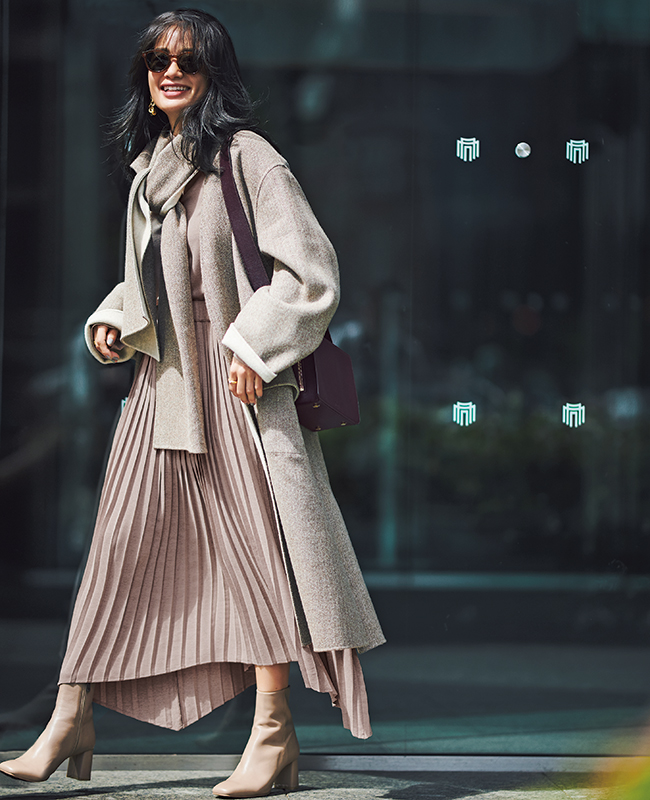 【3】ピンクブラウス×ピンクプリーツスカート×ベージュオーバーコート
