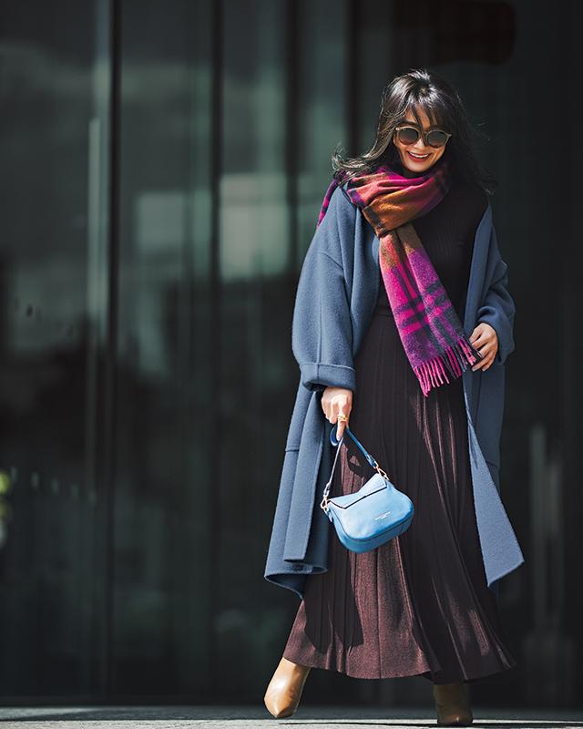 【2】ブラウンニット×ブラウンプリーツスカート×ブルーオーバーコート