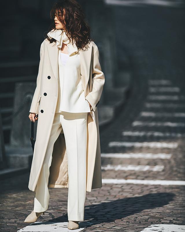 【4】白ブラウス×白パンツ×白チェスターコート