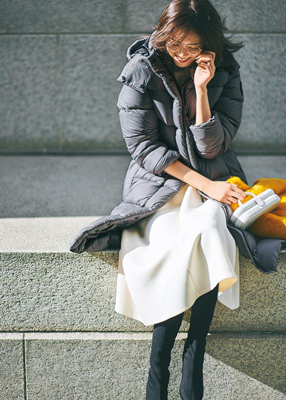【3】グレーダウンコート×白ワンピース