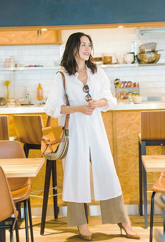 【5】白シャツワンピース×ベージュニットパンツ×ベージュ配色ショルダーバッグ