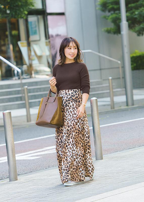 【3】ブラウンニット×レオパード柄ロングスカート×白スニーカー