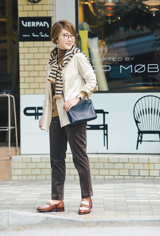 【6】ベージュジャケット×ブラウンパンツ×黒ショルダーバッグ